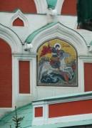 Киот с мозаичной иконой Георгия Победоносца на восточном фасаде Казанского собора на Красной площади в Москве.