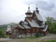 Церковь преп. Макария Алтайского в Горно-Алтайске. На заднем плане здание трапезной.