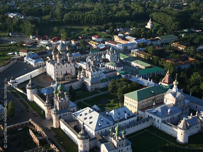 Кремль Ростова Великого, вид с воздуха со стороны озера Неро.