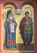 Мозаичный образ на фасаде Знаменской церкви в Ховрино, в Москве. Святые мученики Амвросий и Георгий.