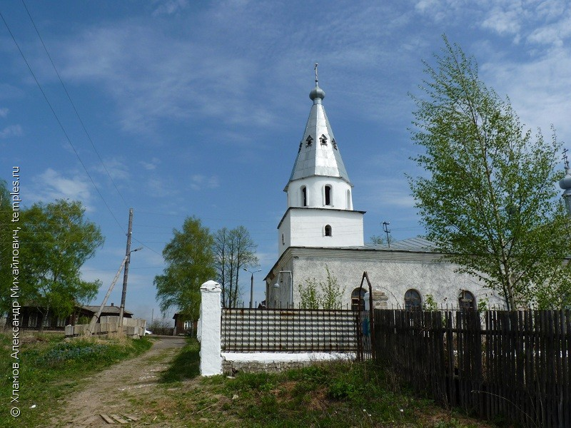 Колокольня Богоявленской церкви в городе Заволжск Ивановской области.