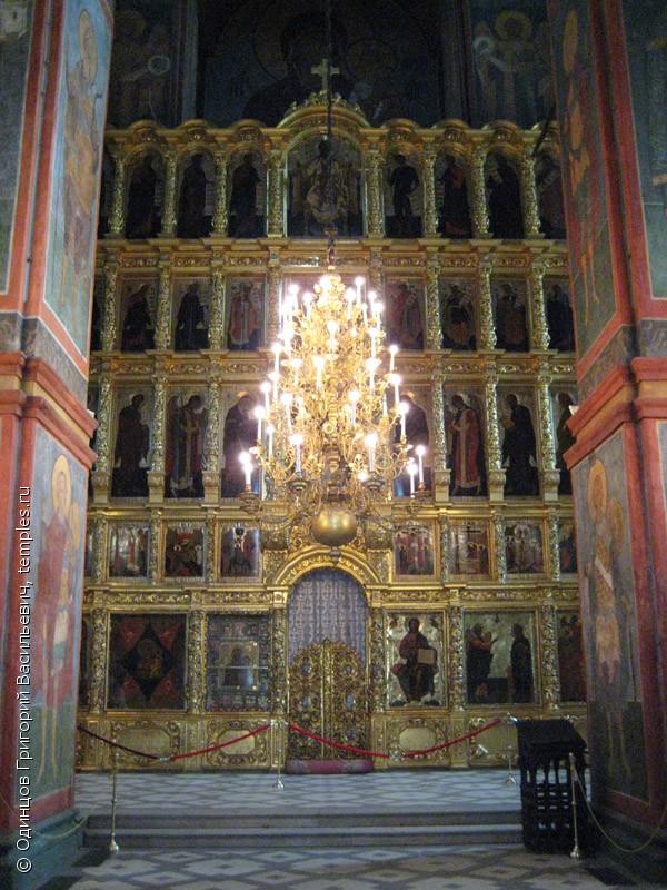 ... в Москве. Иконостас и паникадило: www.temples.ru/show_picture.php?PictureID=40116