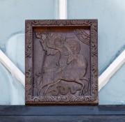 Деревянная храмовая икона на западном фасаде церкви Георгия Победоносца в Новоалтайске Алтайского края.