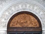 Резная храмовая икона над главным входом в церковь Георгия Победоносца в Самаре.
