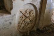 Барельеф на фрагменте надгробной плиты усыпальницы генерал-фельдмаршала Чернышева в Казанской церкви в Яропольце Волоколамского района Московской области.